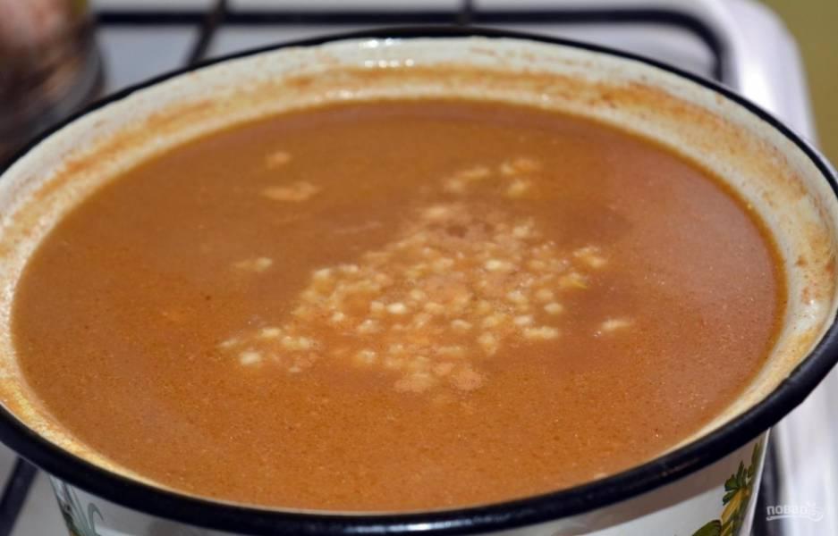 5. Через пару минут кладу поджарку из овощей с мясом, перемешиваю и варю 10-15 минут, затем добавляю промытый рис. За пару минут до готовности риса кладу соль и молотый перец, лимонную кислоту и выдавливаю чеснок, выключаю и настаиваю пару минут.