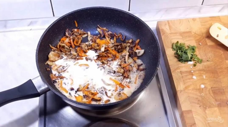 3. Приготовьте заливку: в воду, в которой вы замачивали грибы, добавьте сметану и горчицу, перемешайте и залейте этой смесью овощи. Добавьте зелень, специи, посолите и добавьте твердый сыр. Немного подержите на огне, помешивая.