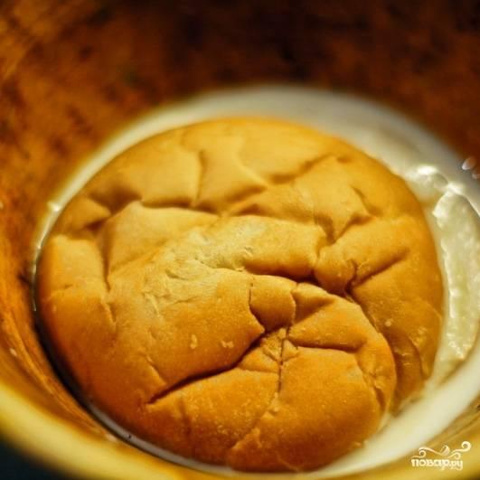 Кусочек белого хлеба заливаем молоком. Оставляем размокать.