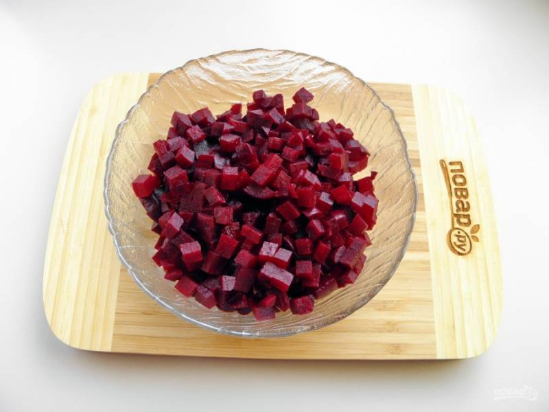 Очищенную свеклу порежьте небольшими кубиками. Сложите в салатник.