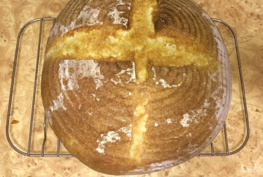 7. Духовку вместе с камнем для хлеба разогрейте до 200 градусов и выпекайте хлеб в течение 45 минут. Остудите хлеб на решетке. Приятного аппетита!