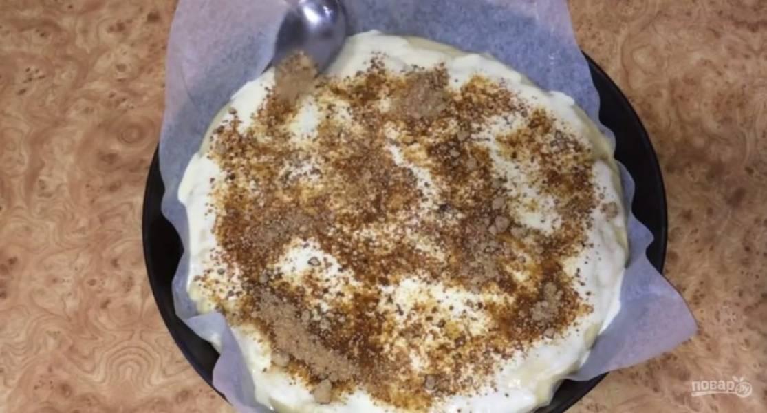 Кулинарным скребком продавите тесто по всей поверхности и обильно посыпьте пирог тростниковым сахаром. Выложите на тесто небольшие кусочки сливочного масла.