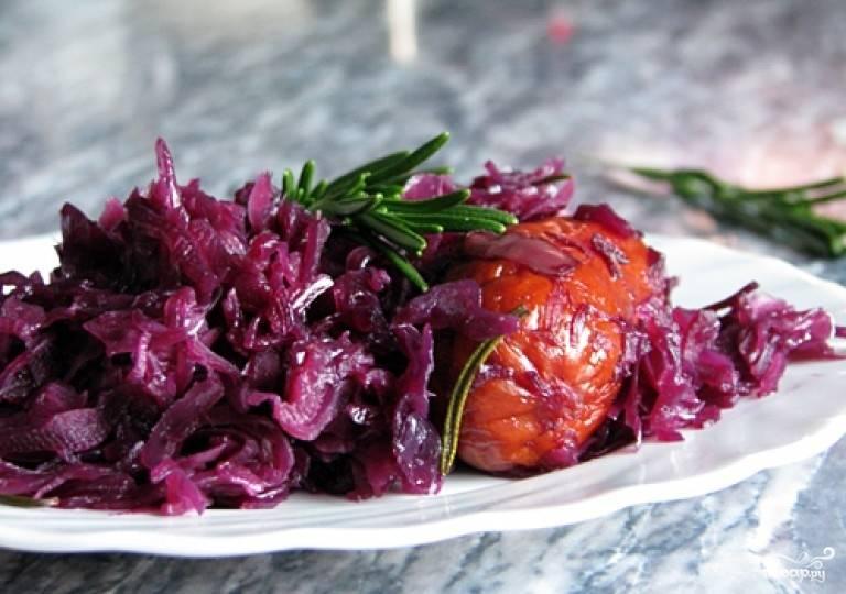 В общей сложности капуста тушится около двух часов. Примерно за 15 минут до окончания готовки положите к капусте колбаски, чтобы они разогрелись. По желанию колбаски можно нарезать небольшими кусочками и перемешать с капустой.