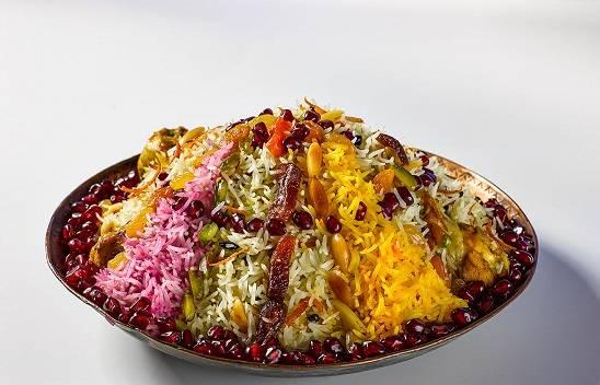 25. А вот перед подачей можно пофантазировать, благо под рукой достаточно всего, что сделать это блюдо невероятно красивым. Ну вот и все, классический рецепт плова иранского подошел к концу.