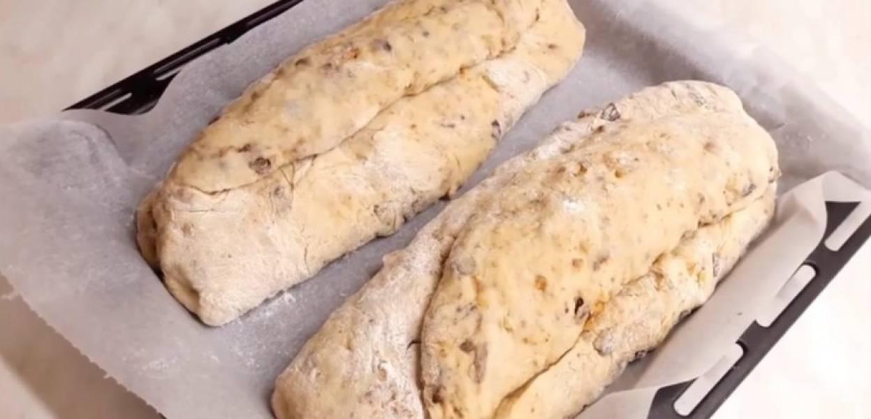 7. Дайте пирогам полежать в теплом месте 30 минут. Выпекайте в разогретой до 200 градусов духовке 1 час. За 10 минут до окончания приготовления смажьте штоллен сливочным маслом или желтком.