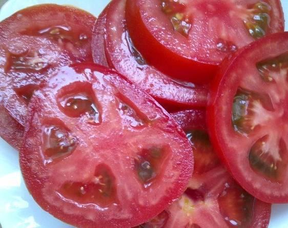 Порежьте помидоры кружками.