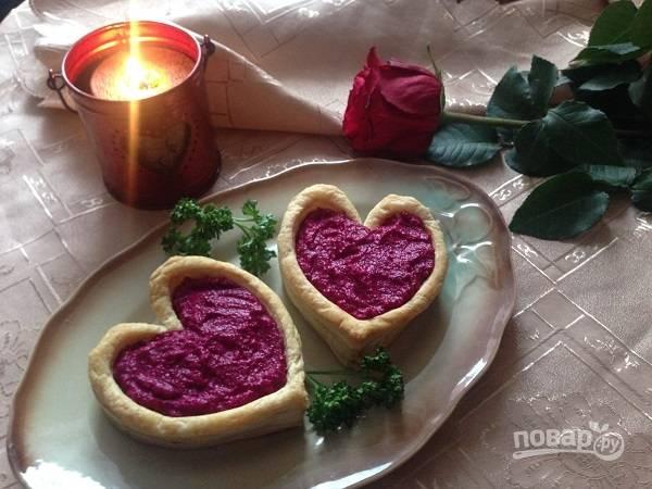 9. Заполняем корзиночки-сердца и подаем к столу. Красиво и вкусно!