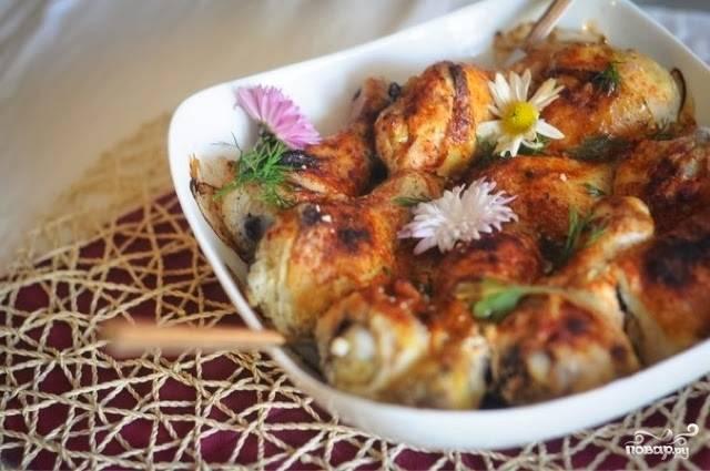 Запекайте блюдо в течение 20 минут. Затем уменьшите градусы до 190 и готовьте всё ещё 20 минут. Потом снимите фольгу и запекайте блюдо 15 минут. Приятного аппетита!