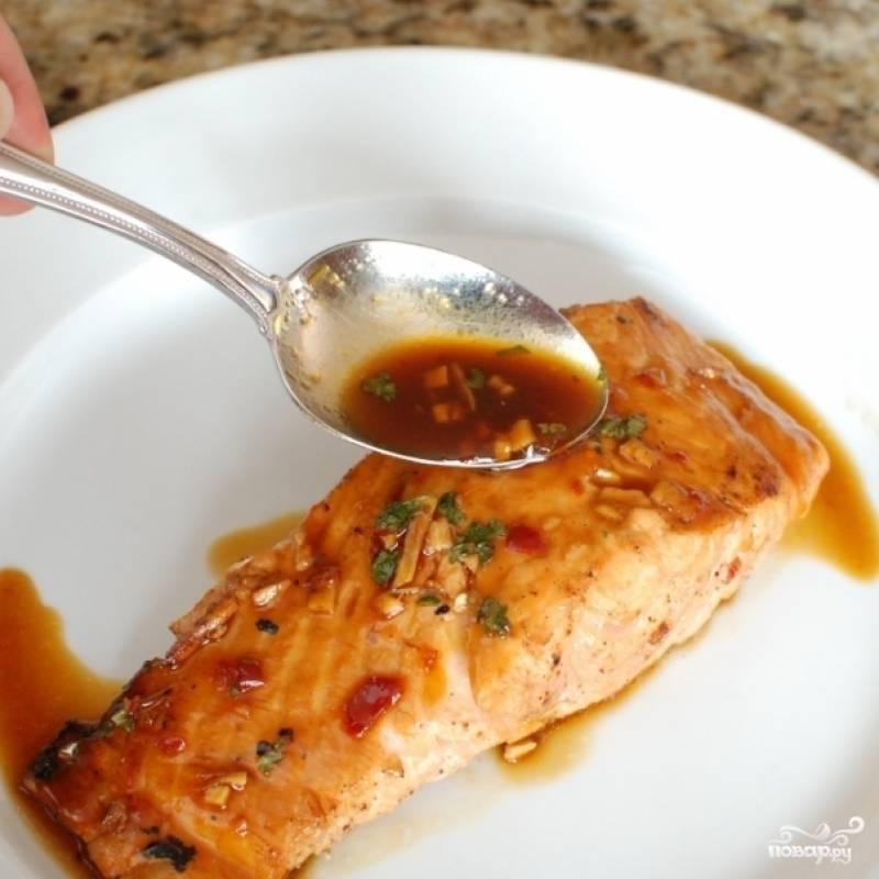 Подаем, полив уваренным соусом из кастрюльки. Приятного аппетита! :)