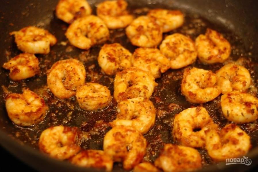 1. Смешайте паприку, тмин, орегано, тимьян, соль и перец. Замаринуйте в этих специях креветки и оставьте их на пять минут. В это время отправьте макароны вариться до готовности альденте. После этого обжарьте креветки с обеих сторон в растительном масле на среднем огне 3-4 минуты.