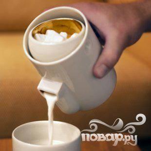 2. Сливки, сахар и ванилин в маленькой кастрюльке довести до кипения, чтобы сахар растворился. Снять с огня и смешать с желатином.