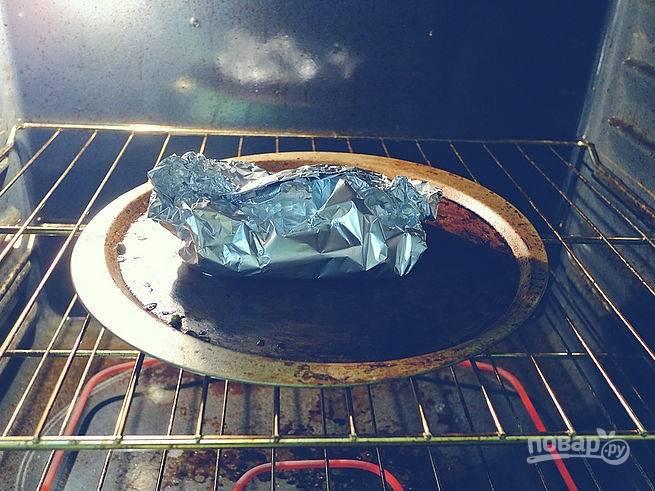 4. Аккуратно закройте конвертик и отправьте в разогретую до 190 градусов духовку.