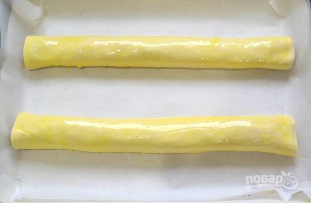 12. Выложите рулеты на противень и отправьте в разогретую до 190 градусов духовку.
