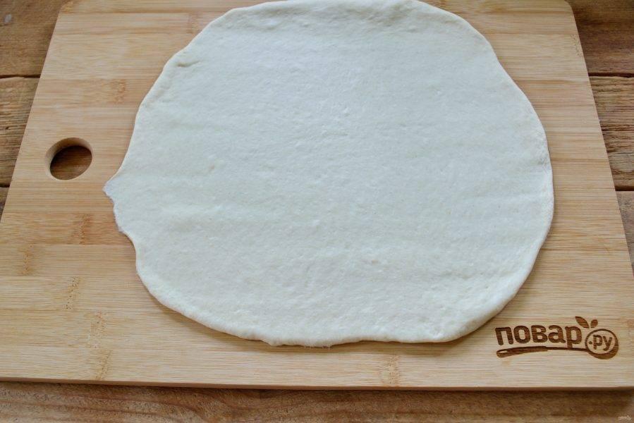 Дрожжевое тесто раскатайте в пласт толщиной 1 см. Тесто можно приобрести в отделе кулинарии ближайшего супермаркета или приготовить дома. Для этого рулета вполне подойдет тесто для пиццы.