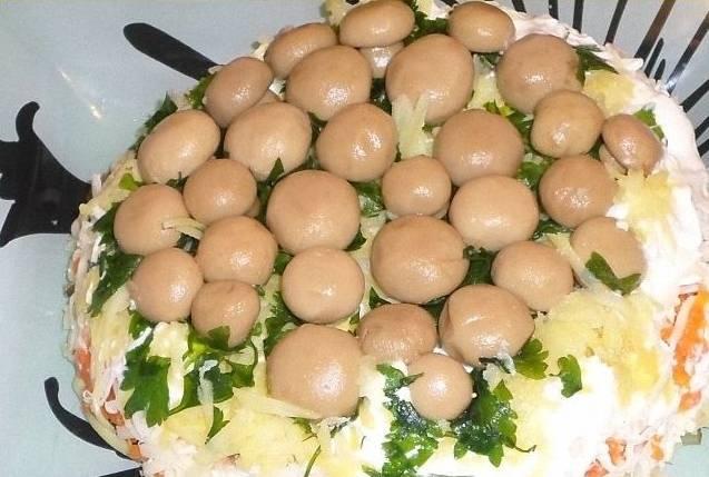 10.Беру плоскую тарелку и накрываю ей салатник, переворачиваю его, так что грибы оказываются сверху. Приятного аппетита!