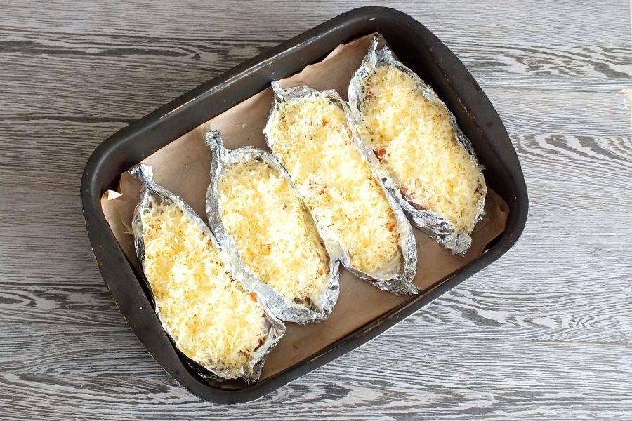 Подготовленную рыбу, поставьте в разогретую до 180 градусов духовку на 25-30 минут.
