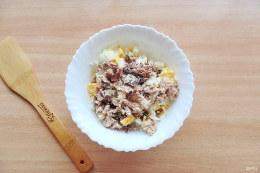 Сардину нарежьте небольшими кусочками, добавьте в салат.