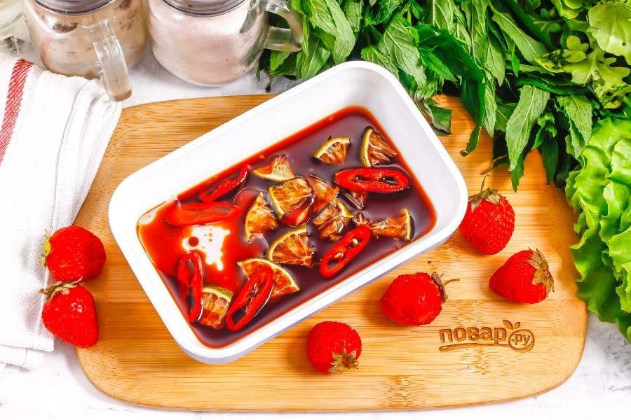 Всыпьте соль, влейте соевый соус и растительное масло — желательно оливковое холодного отжима или подсолнечное без запаха.