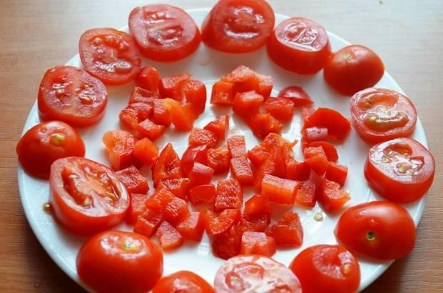 Болгарский перец очищаем от семян и режем кубиками, помидоры нарезаем кружочками или дольками.