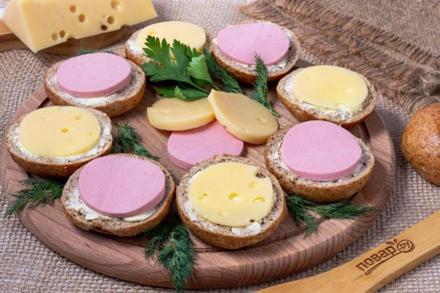 Выложите бутерброды на деревянную досочку и украсьте свежей зеленью. Приятного аппетита!