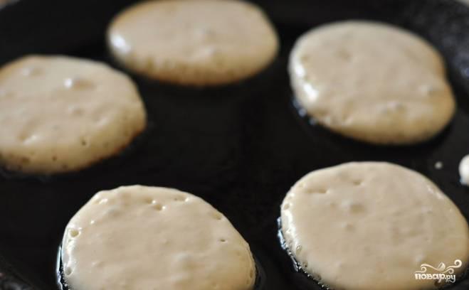 2. Разогрейте сковородку. Влейте растительное масло. После того, как оно прогреется, выкладывайте ложкой тесто и обжаривайте оладушки.