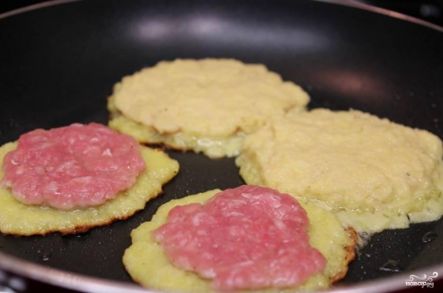 На сковороду ложкой выложить тесто, когда блин немного схватится, осторожно выложить ложку фарша.