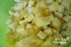 Горох необходимо предварительно замочить в воде и оставить так на ночь. Картофель нарезаем кубиками.
