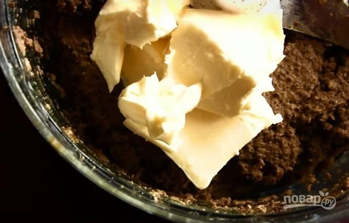 5. Печень измельчите в блендере, добавьте 80 граммов сливочного масла. Должна получиться мягкая воздушная масса.