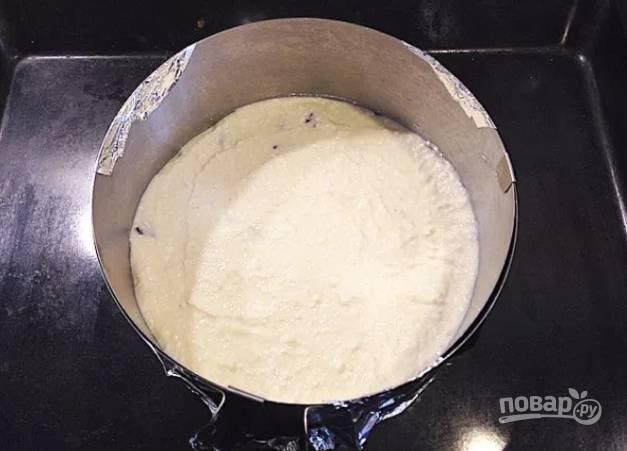 Духовку разогрейте до 180 С, выложите творожную массу в форму для запекания, смазав перед этим ее маслом, и запекайте 40-45 минут.