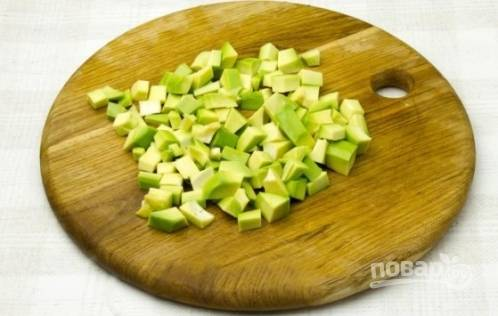 Авокадо необходимо почистить и нарезать небольшими кубиками.