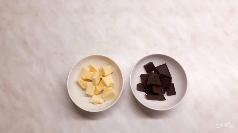 4. Для украшения  приготовьте ганаш: шоколад высыпьте в две мисочки, добавьте к нему немного молока и отправьте в микроволновую печь примерно на 1 минуту. Хорошо размешайте шоколад до однородного состояния.