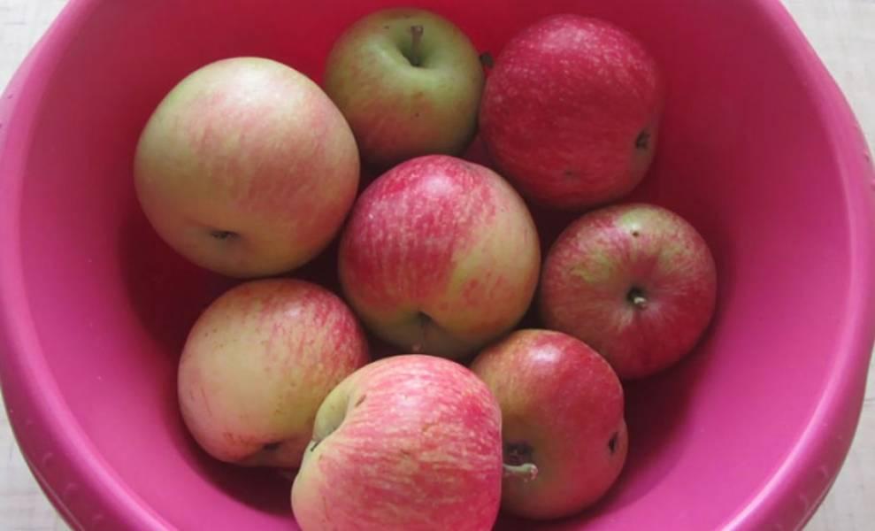 1. Подготовьте 2 килограмма спелых яблок.