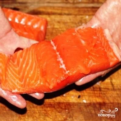Берем кусочек филе лосося без кожи. Если у вас целый лосось - то вырезать кусочек филе, думаю, не составит труда.