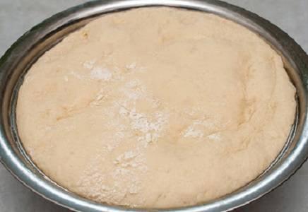 1. Для приготовления теста необходимо залить дрожжи теплой водой с добавлением сахара. После того, как начнут появляться пузырьки, добавить взбитые яйца (оставить 1 желток в стороне), растительное масло и молоко. Всыпать муку и соль, поставить тесто подходить. Примерно через 40-50 минут слегка обмять и оставить еще минимум на полчаса.
