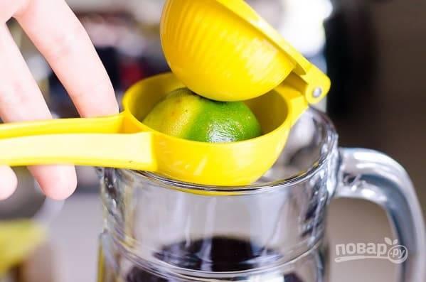 3. Добавьте по вкусу мед или сироп, выжмите сок 1 лимона и 1 лайма.