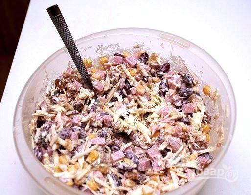 Тщательно перемешайте все ингредиенты. Солить салат не нужно, потому что каждая составляющая уже и так достаточно соленая. Если вам покажется, что салат суховат, то добавьте в него еще майонеза. Подавайте к столу сразу, чтобы сухарики не размокли.