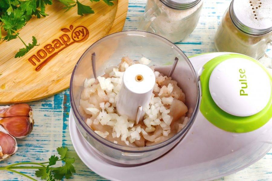 Очистите и промойте репчатый лук, нарежьте его мелкими кубиками и высыпьте в емкость к рыбной нарезке.