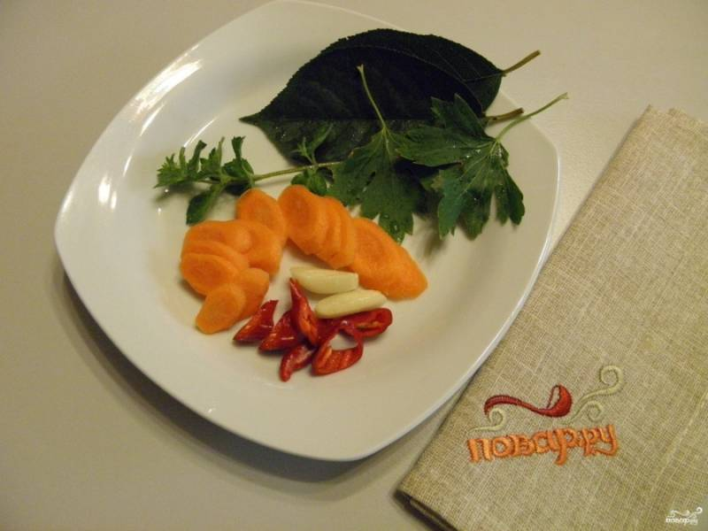 Морковь и перец порежьте тонко, чеснок крупный — на 4 части, мелкий оставьте, как есть.