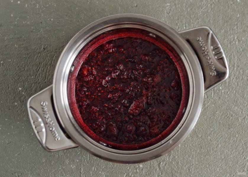 Переложите ягоду в кастрюлю и поставьте на средний огонь. Доведите до кипения, убавьте огнь и варите 10 минут.