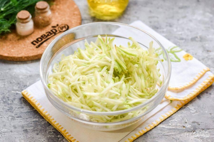 Кабачок натрите на средней терке, жидкость отожмите, кабачок добавьте в миску к творогу.