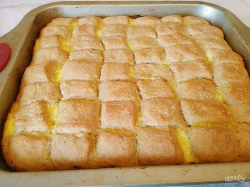 Поместите болгарский дрожжевой пирог в разогретую до 190 градусов духовку на 45-55 минут до появления золотистой корочки.