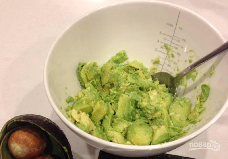 2.Ложкой достаньте мякоть авокадо из всех половинок.