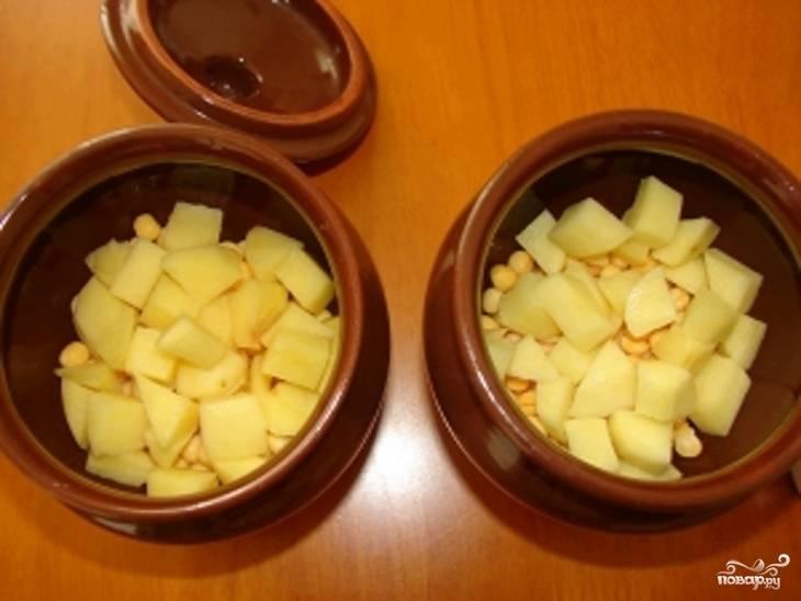 Мою,чищу картофель, нарезаю кубиками и кладу сверху гороха.