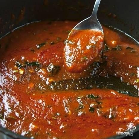 Тем временем приготовим соус. Разогреваем в сковороде оливковое масло, обжариваем в нем измельченный чеснок 2-3 минуты, затем добавляем в сковороду протертые через сито помидоры и тушим около 10 минут. Затем добавляем мелко нарубленный базилик и тушим еще 2 минуты. Соус готов - снимаем с огня и охлаждаем.