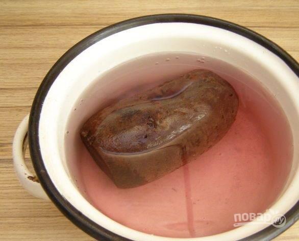 1. Для этого салата свеклу лучше брать очень сладких сортов. Отвариваем ее в кожуре, после даем ей полностью остыть.