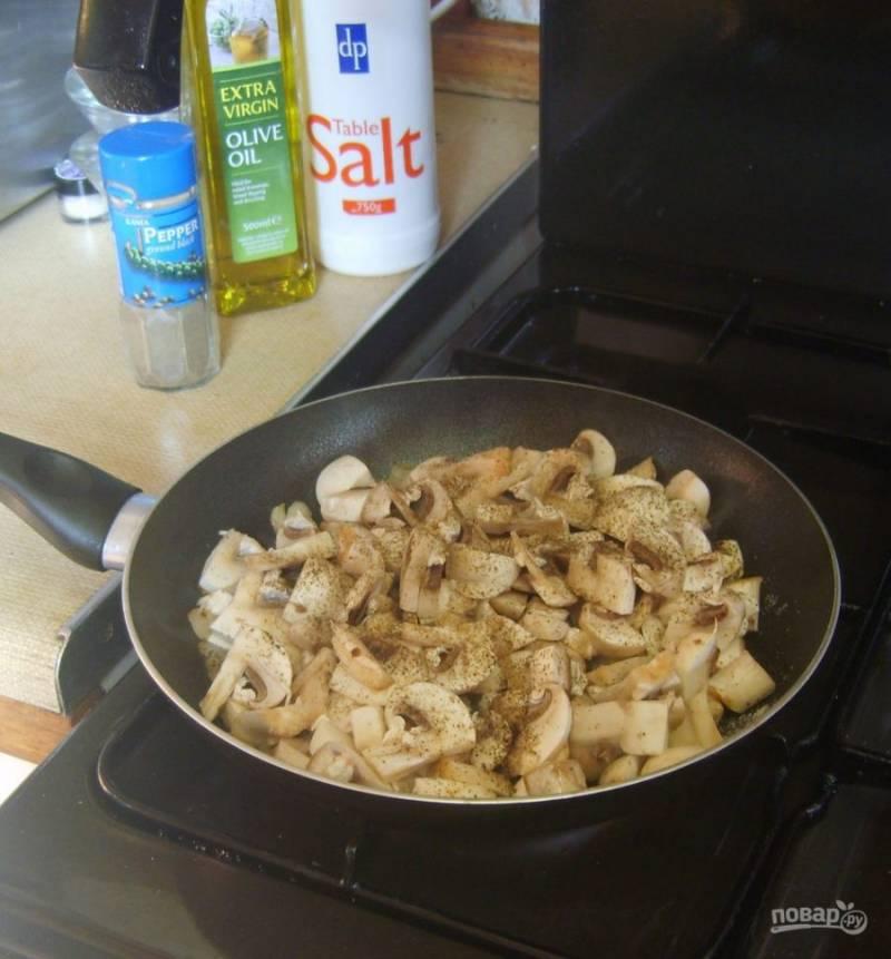 3.Сковороду разогреваю с растительным маслом, выкладываю грибы, немного солю и перчу, обжариваю их до готовности.