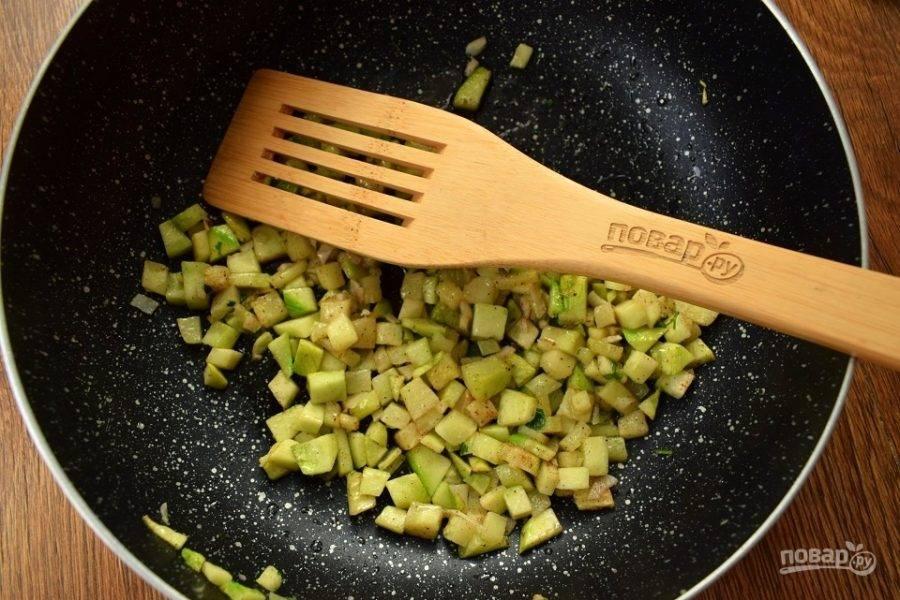 Кабачок нарежьте мелкими кубиками примерно по 5 мм. Чеснок измельчите. Добавьте мускатный орех, соль и перец по вкусу. Сковороду слегка смажьте растительным маслом и разогрейте. Припустите овощи до мягкости при закрытой крышке на медленном огне в течение 5 минут.