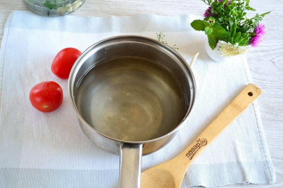 После второго выпаривания воду не выливайте, а слейте в кастрюлю, измерьте количество воды. У меня овощи в банке лежат достаточно плотно, поэтому получилось примерно 500 мл. воды. Добавьте соль, сахар и уксус. Доведите до кипения и дождитесь растворения сахар и соли.
