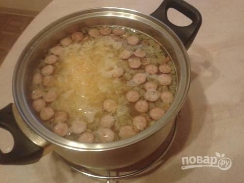 А теперь добавляем капусту. Даем супу закипеть, пробуем и добавляем соль, черный перец и лавровый лист. Пусть покипит еще минуту-две — и можно добавлять зелень и убирать с плиты.
