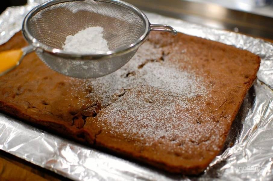 11.Переложите его из формы на тарелку и посыпьте сахарной пудрой.